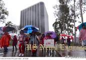 狂风暴雨中,3万多名罢工教师上街游行