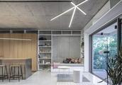 80平一居室,隔墙打通了,柜子当隔断,头次听说家里铺不锈钢地面