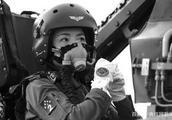 """今天,我们怀念""""金孔雀""""余旭 首位歼-10女飞行员"""