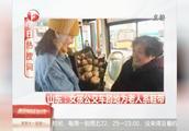 山东:女孩公交车蹲地为老人系鞋带