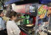 夫妻俩温州街头摆摊做煎饼果子,最低6元一份,一天能赚好几百!