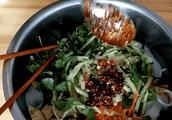 为什么陕西人拌的凉皮如此美味?大厨:多加这3样,想不好吃都难