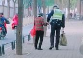 暖哭!交警牵手送老奶奶回家,10万网友盛赞:济南是一个有温度的城!