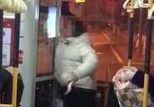 女乘客拒补1元公交车费与司机争吵,把手伸进驾驶室打司机