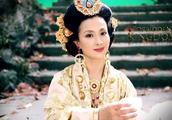 刘亦菲与妈妈同框却被妈妈抢风头,网友感叹基因的强大