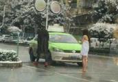 女子冰天雪地只裹一条浴巾,男子置之不理,网友:一脸蒙蔽!