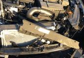 帕萨特高速追尾大货车,零件散落一地,车主:这质量还不如日系车