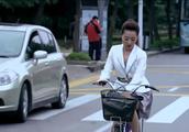 美女穿短裙骑自行车,一路上不停的弄着裙摆,小伙看见都乐坏了