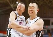 潘长江现身篮球场现最萌身高差 被韩德君抱起完成空中大扣篮