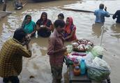 印度恒河胡子鱼泛滥,导致印度人无法洗澡,印度网友:卖到中国去