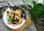 一盘色香味俱全的炒菜,主料是上乘山珍,是食用菌中的金枝玉叶