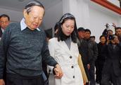 相差半辈子年龄的杨振宇夫妇近照,老人逆生长,翁帆已经老到脱相