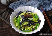 这蔬菜杀菌好,和黑木耳是绝配,这样炒开胃又下饭,冬天要多吃