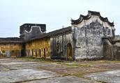 广东105国道旁,有一栋古朴的百年老屋,相传花158年历四代方建成