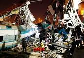 现场画面!土耳其列车出轨导致数十人伤亡 事故原因竟是超速