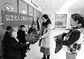 看到居民到社区办事坐不锈钢椅子,76岁夏淑梅送来12个暖心棉坐垫