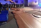 德国一巧克力工厂发生泄露,将近一吨巧克力流入大街