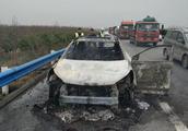 私改电路引起车辆自燃 没带消防设备车辆烧报废