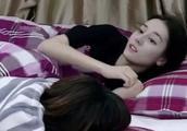 迪丽热巴从睡梦中醒来,发现床上有一个人,万分惊恐:你是谁?