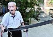 老人想卖祖传宝刀,专家确定是真品建议上交,老人拒绝后卖了9万