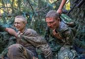 乌克兰部队误入包围圈,多辆军车遭导弹摧毁,北约教官看后直摇头