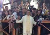 吴卓林结婚后父母相继现身,吴绮莉遭狗仔围追,成龙被粉丝簇拥