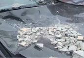 小区下碎石雨,50万宝马被砸实在可惜!