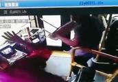 公交车等绿灯时 男子要求下车遭拒 用灭火器狂砸车门
