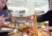 小兜钱贝去家附近海鲜餐馆探店,又是龙虾又是蟹,一顿500块没啦