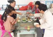 农村妈妈改善生活,花了33块钱都做了哪些菜?一家人吃的称心如意