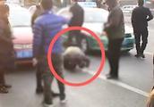 私家车非法营运被围堵 出租车师傅欲报警处理 司机下跪恳求放过