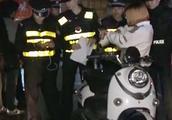 男子骑电动车冲卡被拦,警方提醒:勿抱侥幸心理拒不配合