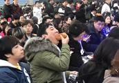 IG联盟S8总冠军:老板王思聪吃热狗督战 表情淡定 表情包拿去