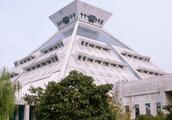 河南博物院位于郑州市区,馆藏丰富,是中国值得一去的博物馆之一
