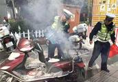 交警叫停冒烟电动车,车主下车后车竟自燃了!