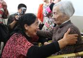 58岁女子找回失散50余年家人,96岁老母说:活着就是为了等她