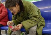 北京男子地铁车厢内吃小龙虾被曝光,地铁方面称无强制执法权