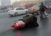 郑州环卫晚上洒水致路面结冰变溜冰场:不到一小时摔百余人