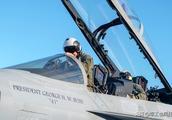 美国海军21架舰载机飞越老布什葬礼:向二战老兵致敬