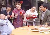 小伙娶了个洋妞,婚宴上被客人故意刁难,洋媳妇的反应绝了!