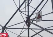 家长不让玩游戏,9岁男童爬上高压电塔!救援人员一靠近就跑!