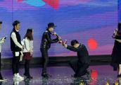 曾是著名主持人,因给韩国艺人下跪惹争议,群众表示惊讶万分