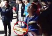 """北航食堂烟道失火 """"吃货""""学生端着餐盘观看灭火"""