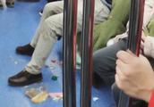 男子在地铁上啃小龙虾 劝阻者反被怼