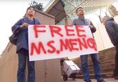 """保释金一千万加元!众多华人手持标语声援:""""停止龌龊行径!"""""""