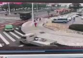 出租转弯被公交撞上人行道 两行人躲闪不及被顶行数米