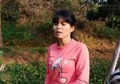 广西小玲这是干什呢,树都被她砍断了,这是为什么呢