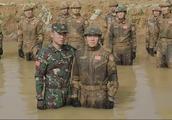 飞行队长被霹雳火按到泥水里,女兵不想他被弄死,队友却无动于衷