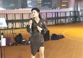 街头歌手小红翻唱《亲密爱人+蔓莉》好听至极