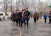 丑小鸭的中国版本,真的太搞笑了